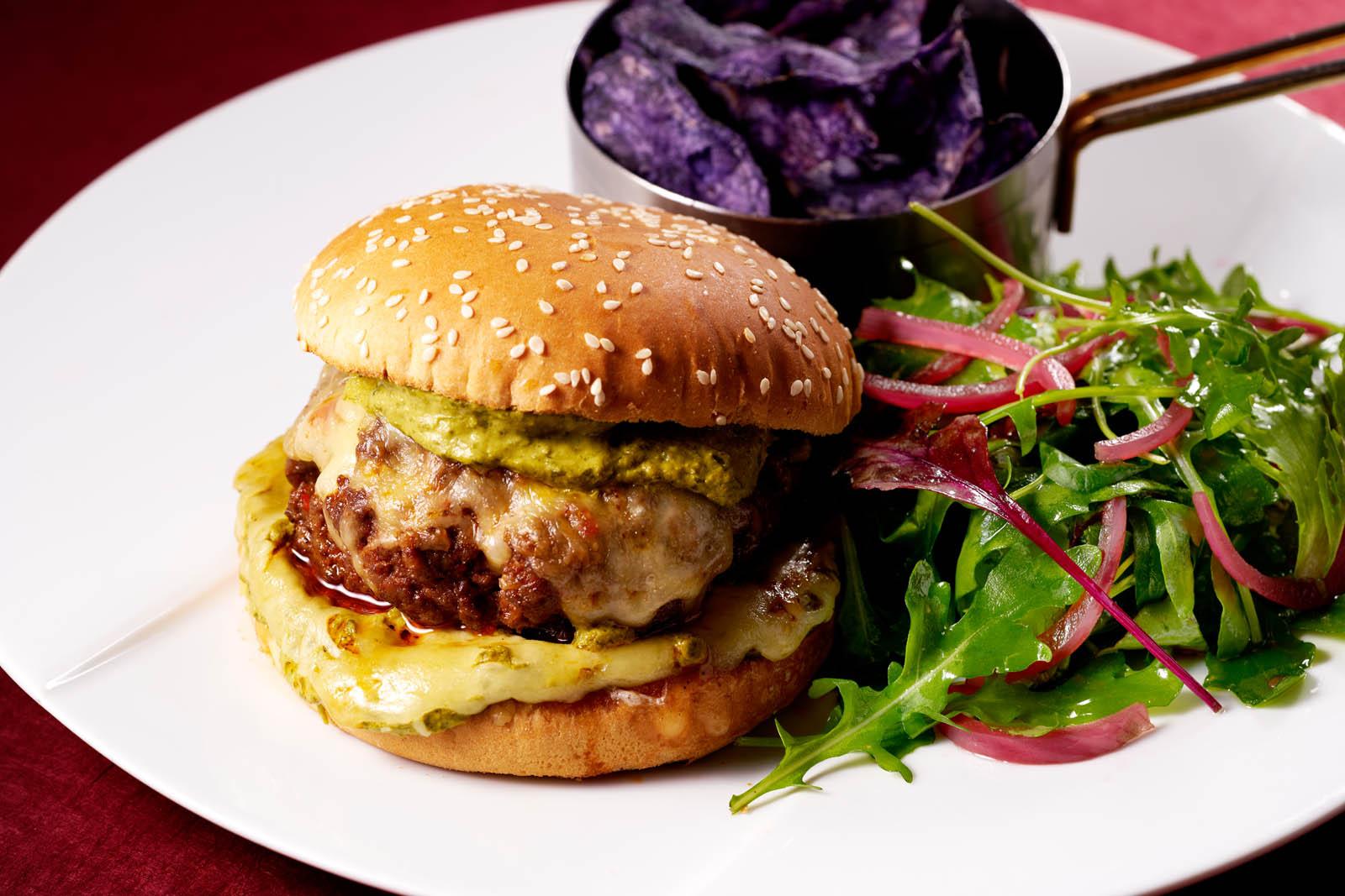 Burger sauce moutarde, chips vitelotes et salade